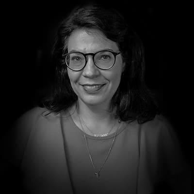 Alessandra de Azevedo Domingues | Doutora (PhD) em Direito Comercial pela USP/SP. Mestre em Direito Civil pela USP/SP. Especialista em Direito dos Contratos pelo CEU/IICS. APL em M&A pelo IICS.